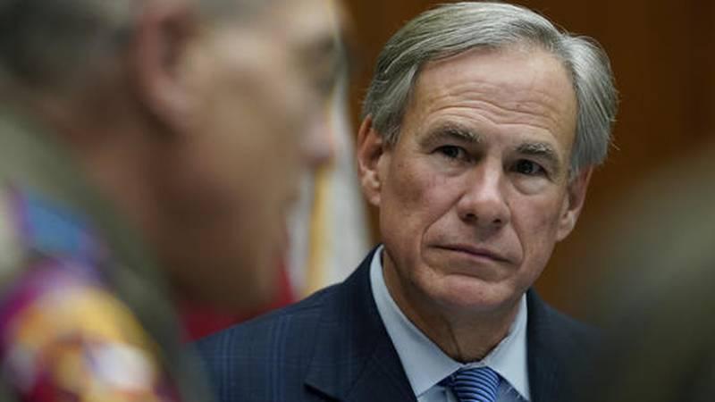El gobernador de Texas, Greg Abbott, a la derecha, en una mesa redonda sobre seguridad pública...
